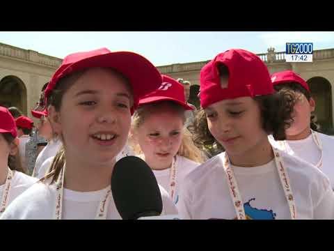 Papa Francesco abbraccia 400 bambini e risponde alle loro domande