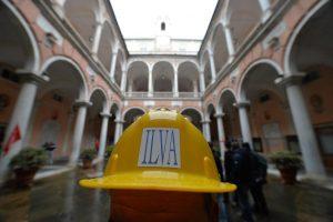 Ilva: Lavoratori occupano cortile Municipio Genova