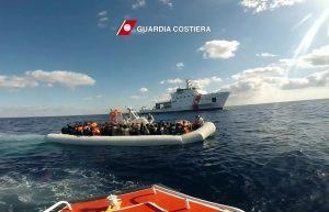 Migranti: 550 persone soccorse al largo della Libia