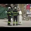 terremoto-le-immagini-di-papafrancesco-in-visita-nei-luoghi-colpiti-dal-sisma