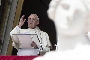 Papa Francesco durante l'Angelus a San Pietro