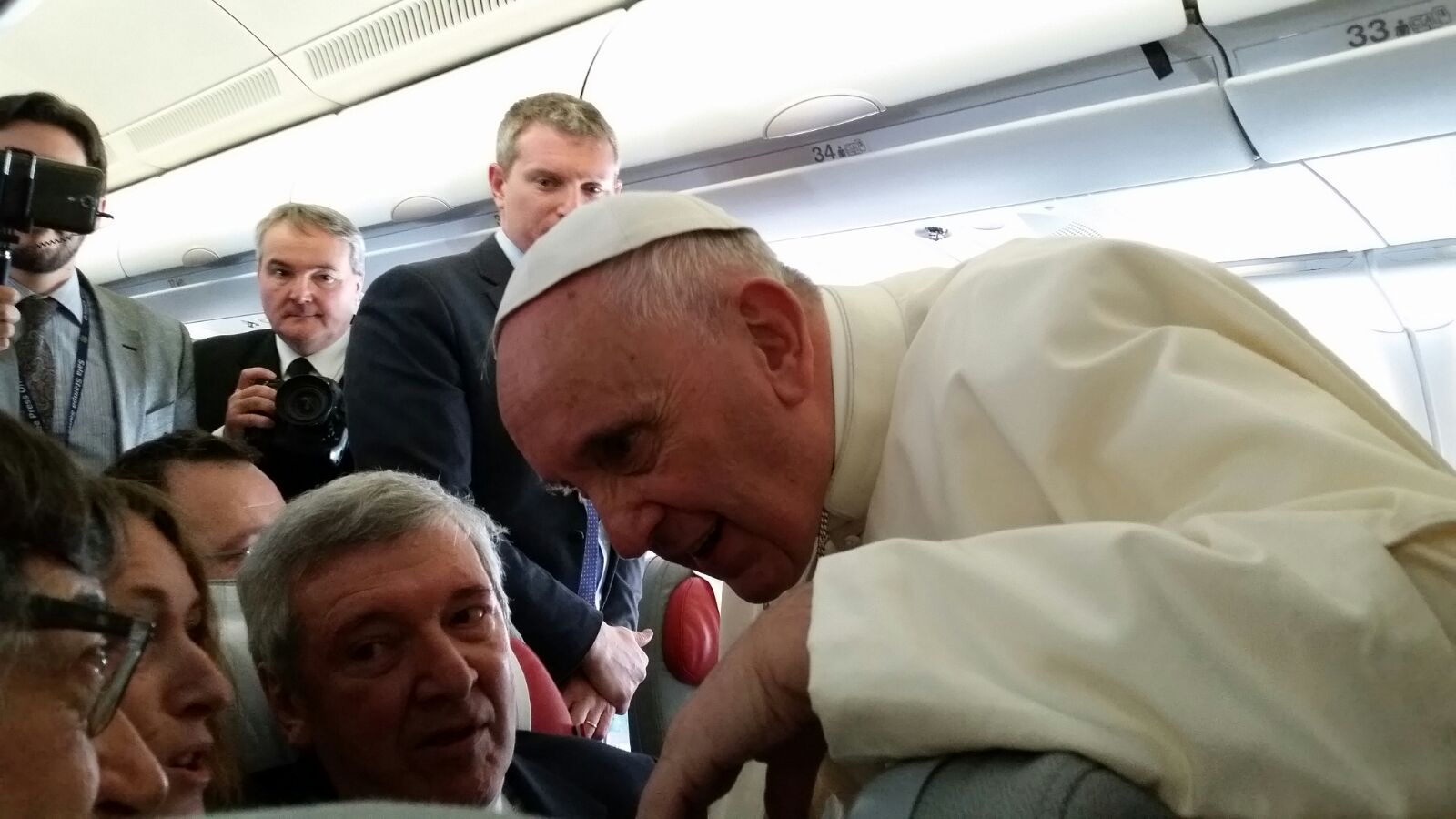 Papa Francesco saluta i giornalisti sull'aereo diretto a Cuba