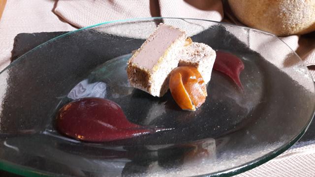 Patè di fegatini di pollo in cassetta di pane al caffè, pera alle spezie e salsa di vino cotto