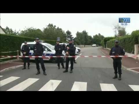 """Parigi, sulla coppia di poliziotti uccisa Hollande dice:""""Atto di terrorismo"""". Is rivendica"""