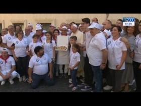 Papa Francesco offre il pranzo, a base di pizza e canti napoletani, a 1500 poveri