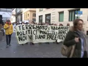 La protesta degli abitanti di Amatrice e Accumoli in piazza Santi Apostoli a Roma