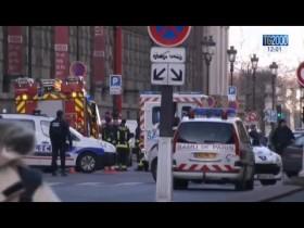 Incubo terrorismo a Parigi: aggredito con un machete un militare al Louvre