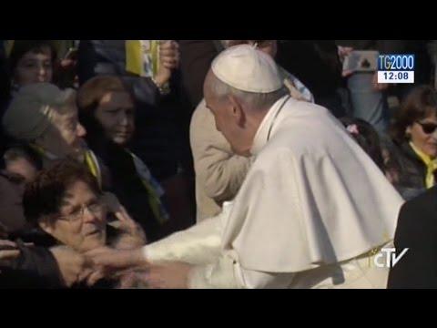 Milano, Papa Francesco alle Case Bianche. La sua visita a tre famiglie poi il discorso alla comunità