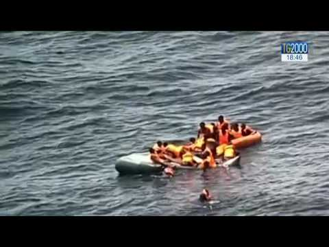 Brucia un gommone carico di migranti diretti in Spagna. Le immagini dei soccorsi