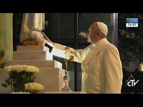 La notte di Fatima, illuminata da 300mila candele. Il discorso di Papa Francesco