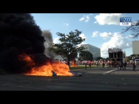 Brasilia brucia nella rivolta anti-Temer, esercito in piazza. Il Brasile sull'orlo del caos