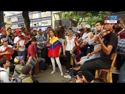 Venezuela, gli oppositori di Maduro tornano in piazza a Caracas armati di chitarre, violini e voce