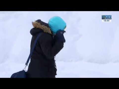 Migranti: la storia di chi cerca di passare le alpi innevate per una vita migliore