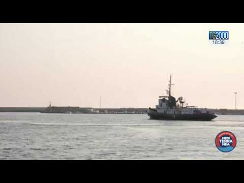 Migranti, nave Mare Jonio soccorre gommone. A bordo decine di bambini