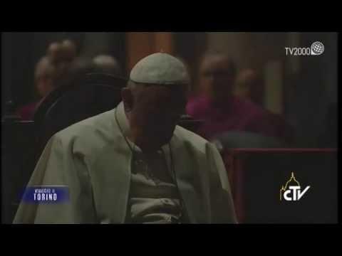 Papa Francesco prega davanti alla Sacra Sindone