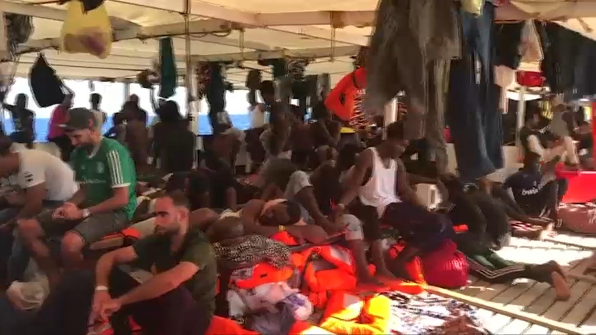 Migranti, emergenza igienico-sanitaria sulla Open Arms, la Ocean Viking soccorre altre 81 migranti
