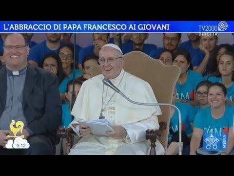 L'abbraccio di Papa Francesco ai giovani